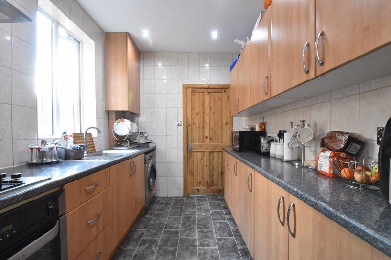 3 bedroom Mid Terrace to buy in Mansfield Road, Luton - Photo 4