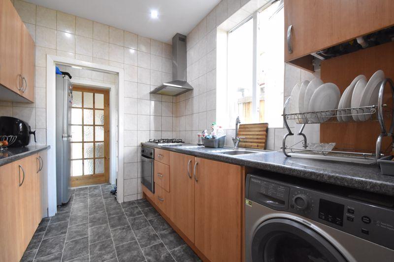 3 bedroom Mid Terrace to buy in Mansfield Road, Luton - Photo 5