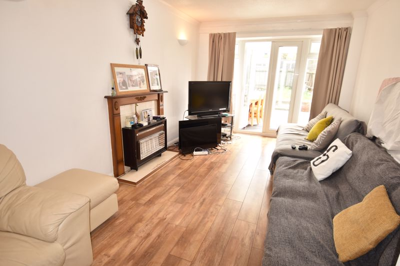 3 bedroom Semi-Detached  to rent in Emerald Road, Luton - Photo 3