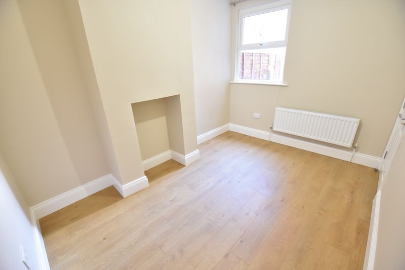 6 bedroom Mid Terrace to rent in Ashburnham Road, Luton - Photo 2