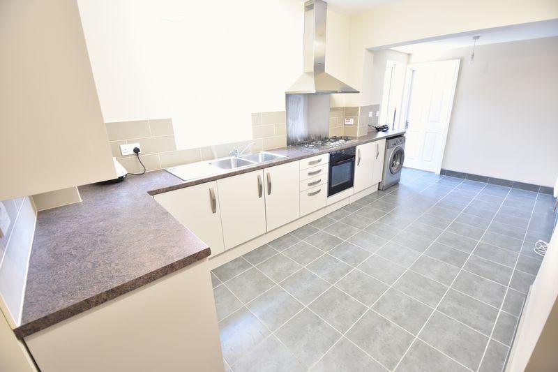 6 bedroom Mid Terrace to rent in Ashburnham Road, Luton - Photo 13