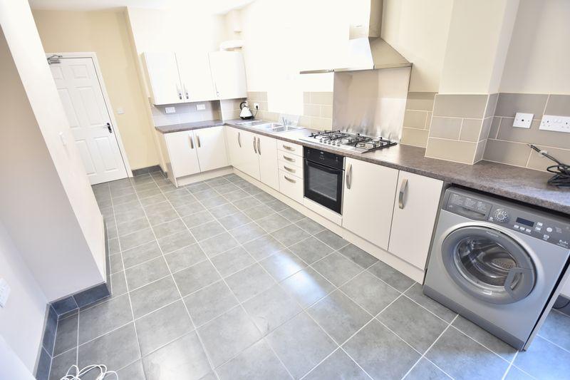 6 bedroom Mid Terrace to rent in Ashburnham Road, Luton - Photo 14