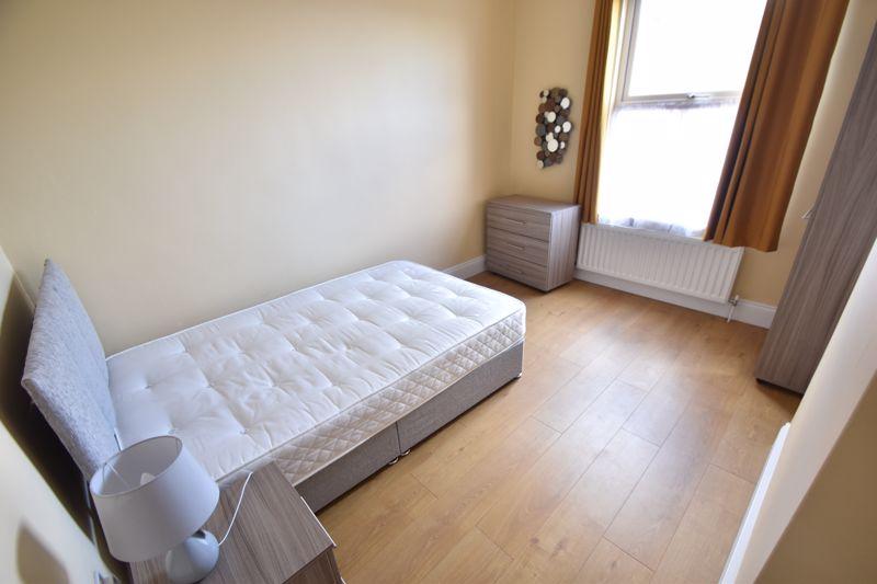 6 bedroom Mid Terrace to rent in Ashburnham Road, Luton - Photo 17