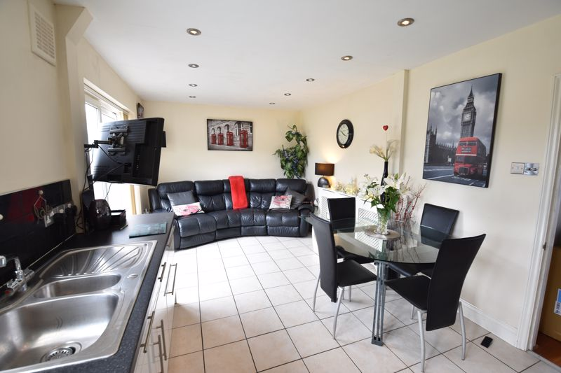 3 bedroom Semi-Detached  to buy in Farley Hill, Luton - Photo 6