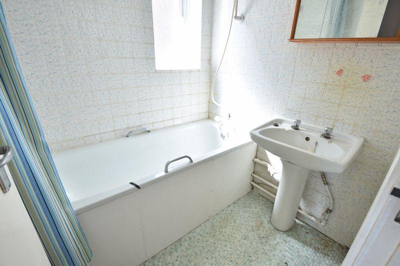 3 bedroom Semi-Detached  to buy in Carteret Road, Luton - Photo 9