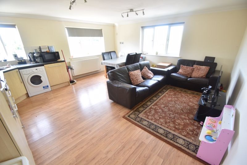 3 bedroom Flat to rent in Treetop Close, Luton - Photo 6