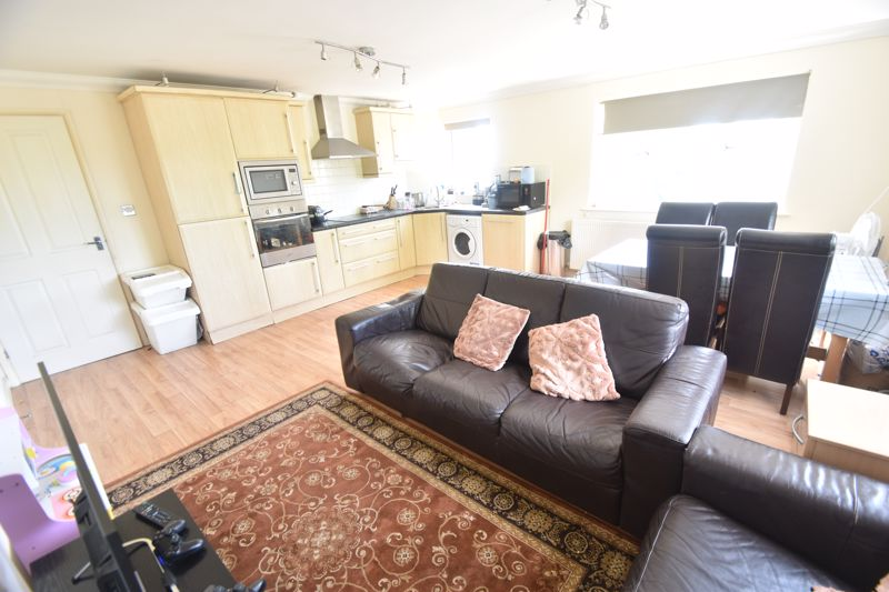 3 bedroom Flat to rent in Treetop Close, Luton - Photo 7