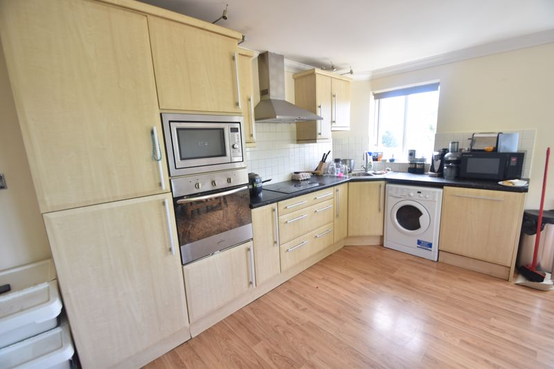 3 bedroom Flat to rent in Treetop Close, Luton - Photo 8