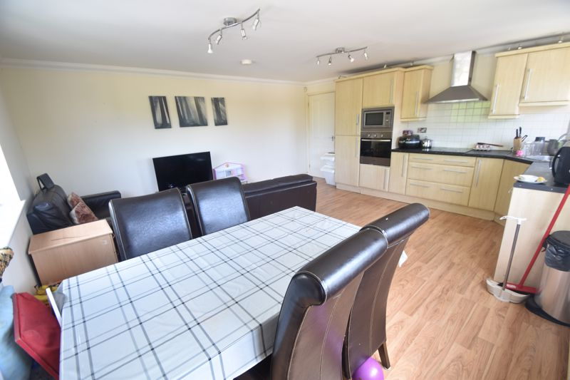 3 bedroom Flat to rent in Treetop Close, Luton - Photo 10