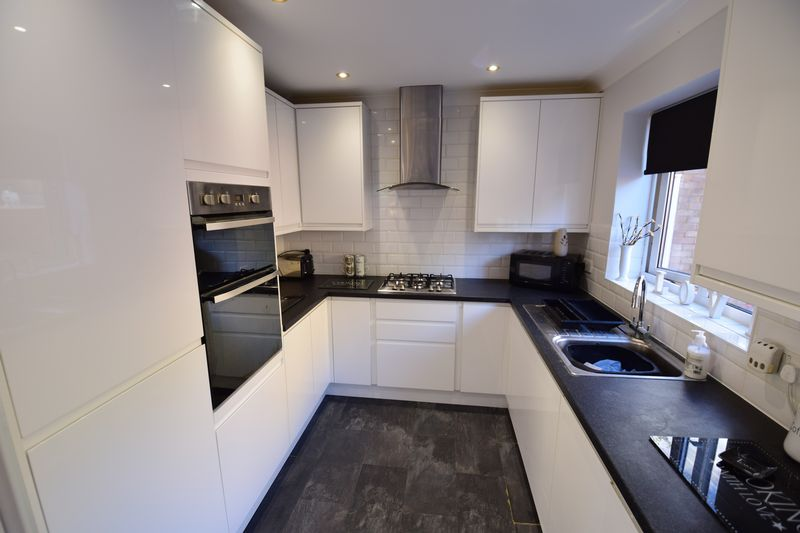 3 bedroom Semi-Detached  to buy in Kynance Close, Luton - Photo 5