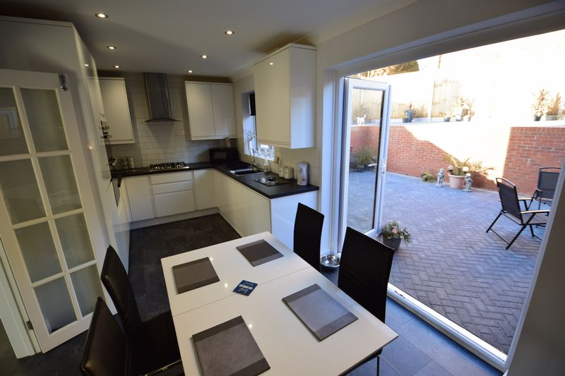 3 bedroom Semi-Detached  to buy in Kynance Close, Luton - Photo 6