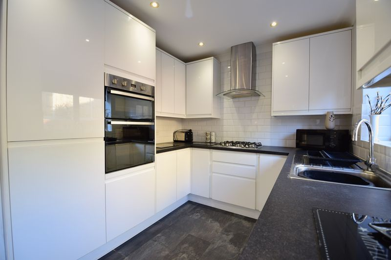 3 bedroom Semi-Detached  to buy in Kynance Close, Luton - Photo 8