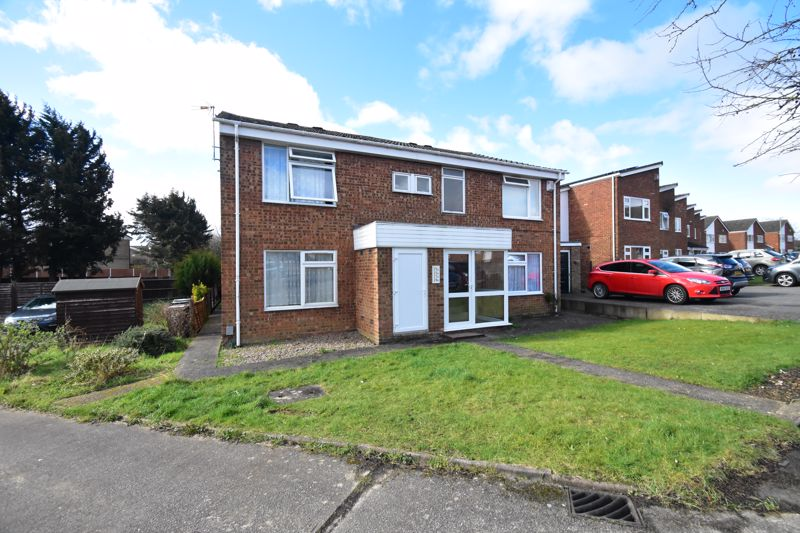 1 bedroom Maisonette to buy in Seaford Close, Luton - Photo 1