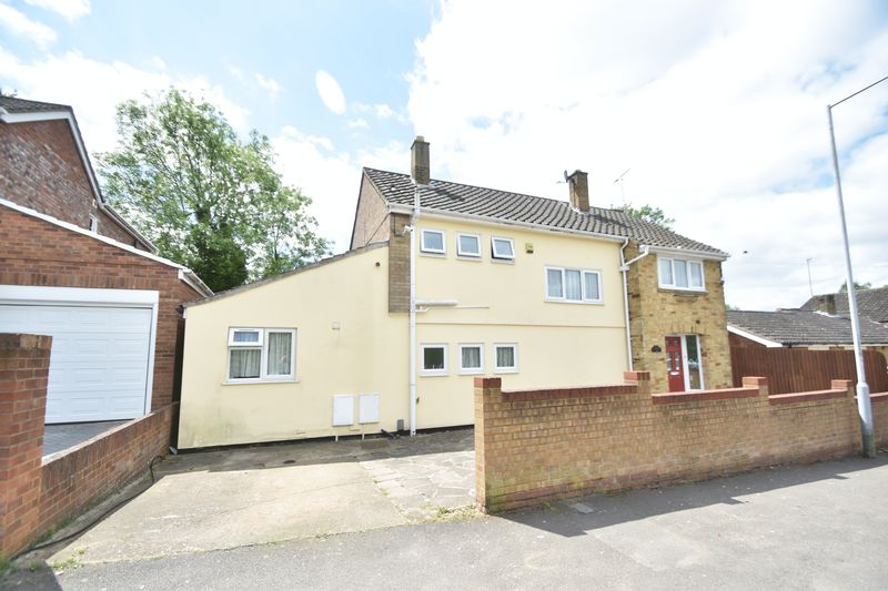5 bedroom Detached  to buy in Bradgers Hill Road, Luton - Photo 2