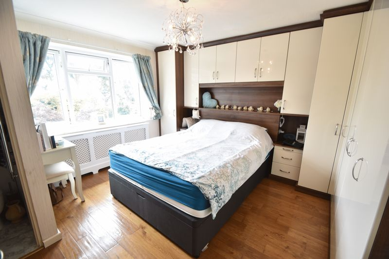 5 bedroom Detached  to buy in Bradgers Hill Road, Luton - Photo 4