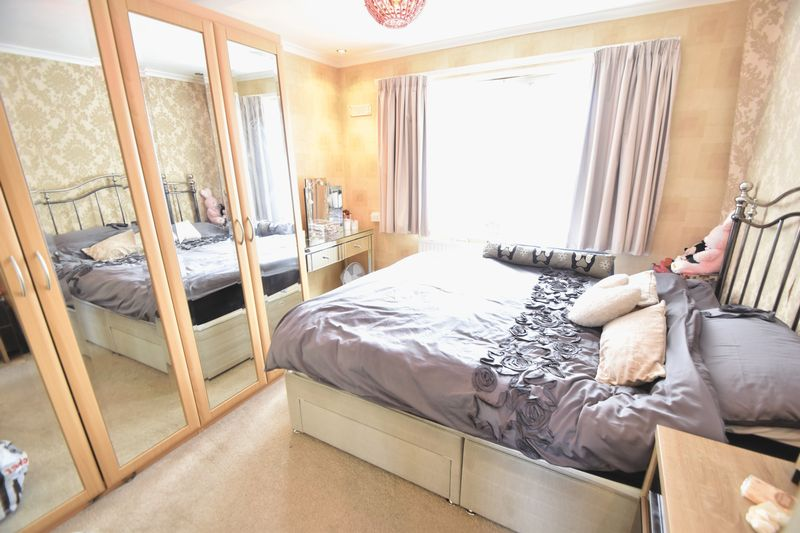 5 bedroom Detached  to buy in Bradgers Hill Road, Luton - Photo 8