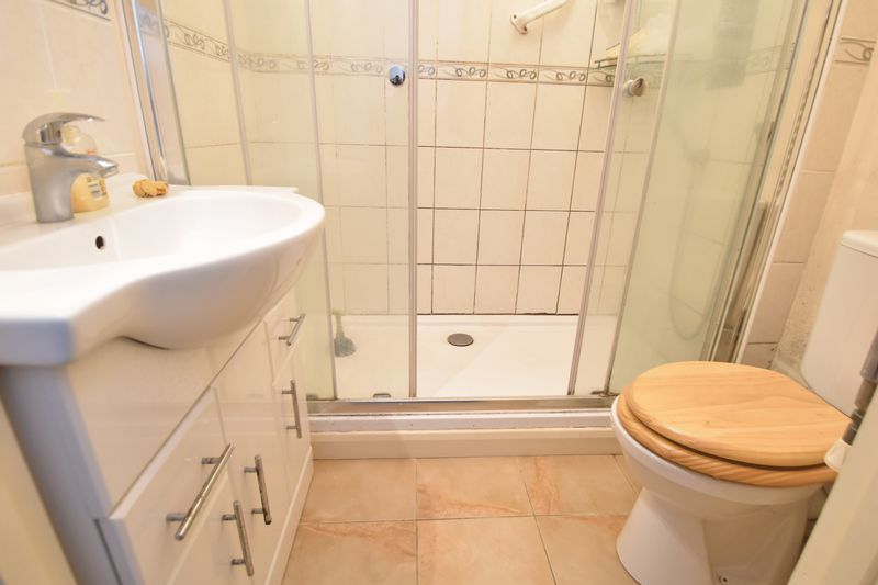 5 bedroom Detached  to buy in Bradgers Hill Road, Luton - Photo 12