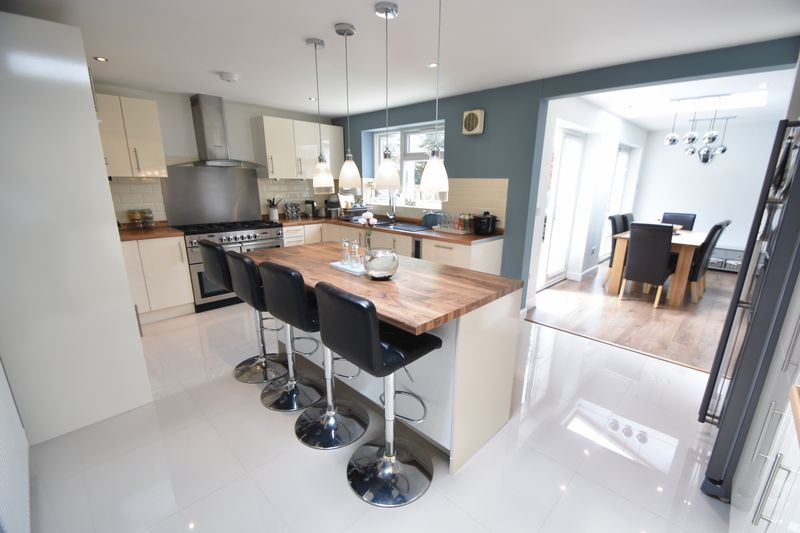 5 bedroom Detached  to buy in Bradgers Hill Road, Luton - Photo 16