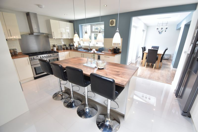 5 bedroom Detached  to buy in Bradgers Hill Road, Luton - Photo 17
