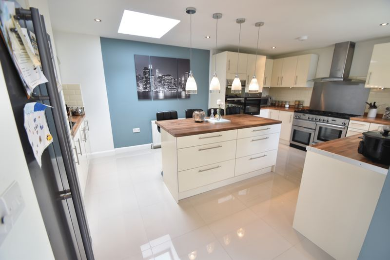 5 bedroom Detached  to buy in Bradgers Hill Road, Luton - Photo 19