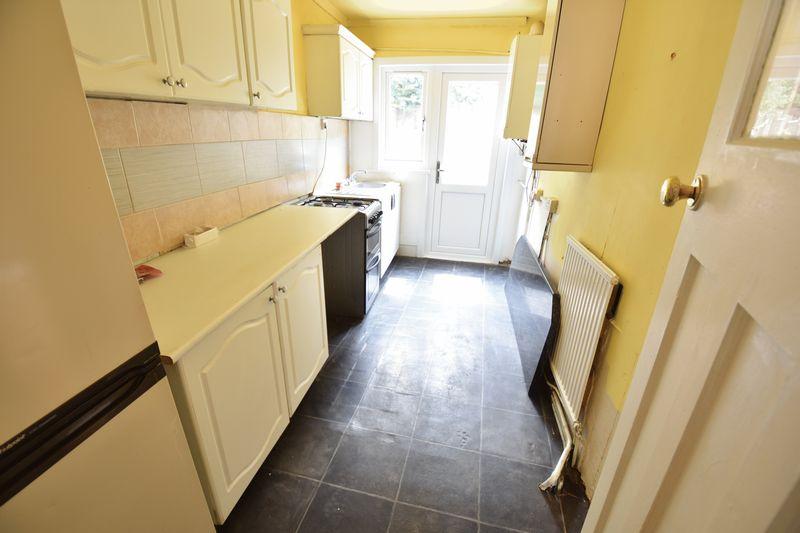 3 bedroom Mid Terrace to buy in Runley Road, Luton - Photo 2