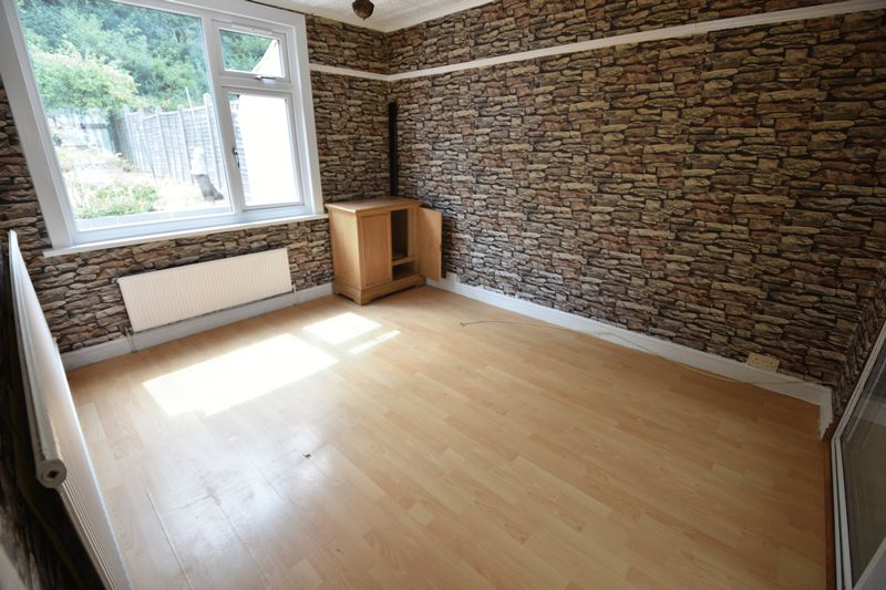 3 bedroom Mid Terrace to buy in Runley Road, Luton - Photo 3