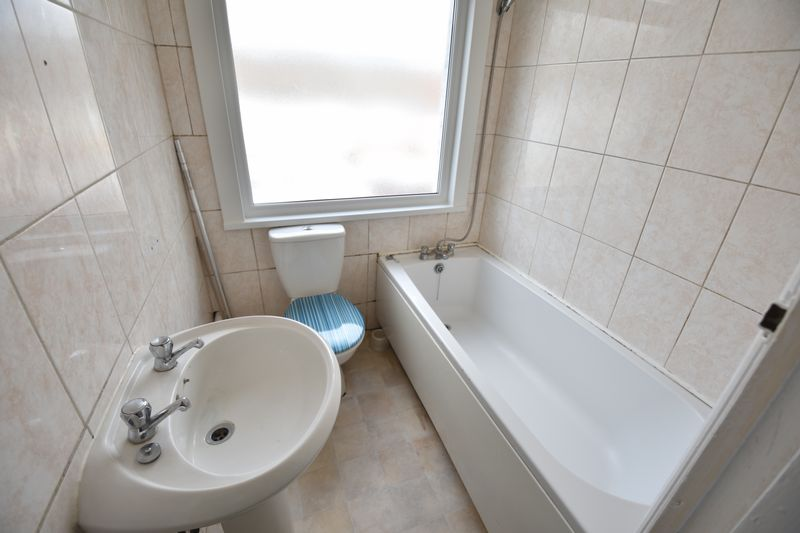 3 bedroom Mid Terrace to buy in Runley Road, Luton - Photo 7