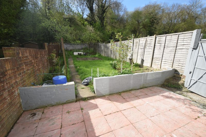 3 bedroom Mid Terrace to buy in Runley Road, Luton - Photo 9
