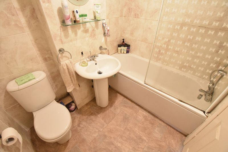2 bedroom Mid Terrace to buy in Spayne Close, Luton - Photo 6