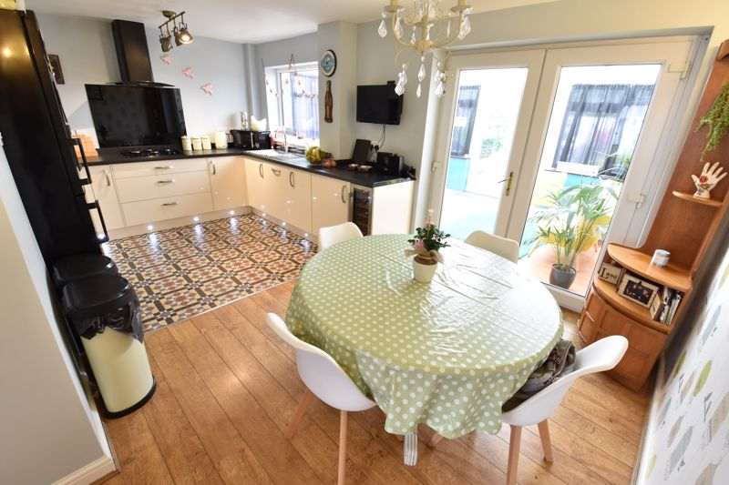 3 bedroom End Terrace to buy in Telscombe Way, Luton - Photo 4