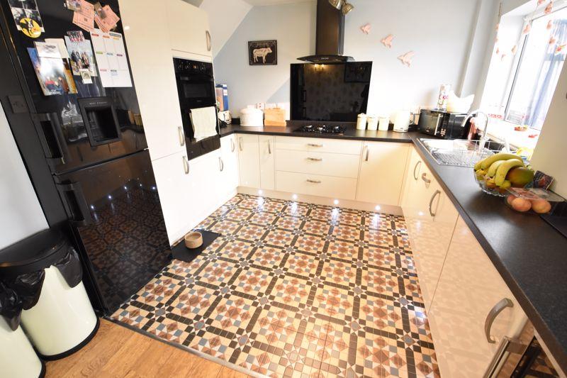 3 bedroom End Terrace to buy in Telscombe Way, Luton - Photo 6