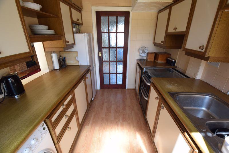 3 bedroom Mid Terrace to buy in Wilsden Avenue, Luton - Photo 7