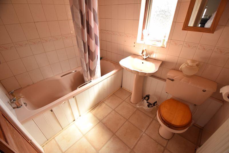 3 bedroom Mid Terrace to buy in Wilsden Avenue, Luton - Photo 11