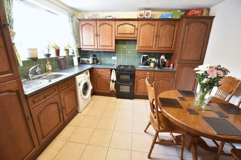 3 bedroom Mid Terrace to buy in Porlock Drive, Luton - Photo 8