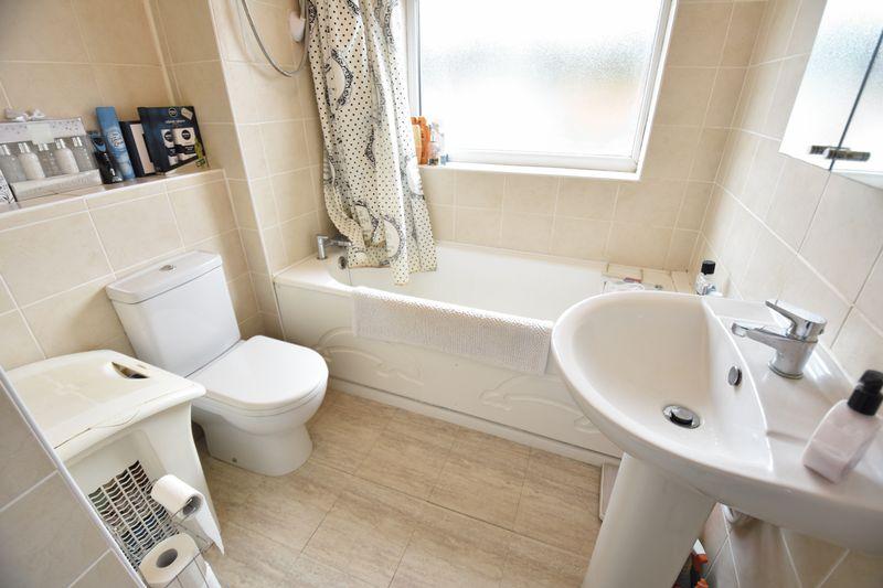 3 bedroom Mid Terrace to buy in Porlock Drive, Luton - Photo 11