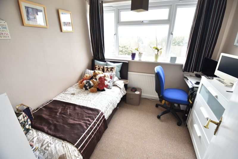 3 bedroom Mid Terrace to buy in Porlock Drive, Luton - Photo 14