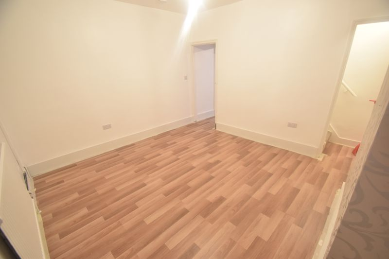 3 bedroom Mid Terrace to rent in Salisbury Road, Luton - Photo 5