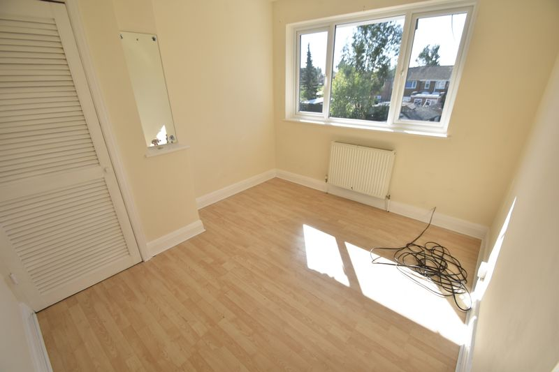 3 bedroom Mid Terrace to rent in Elmore Road, Luton - Photo 2