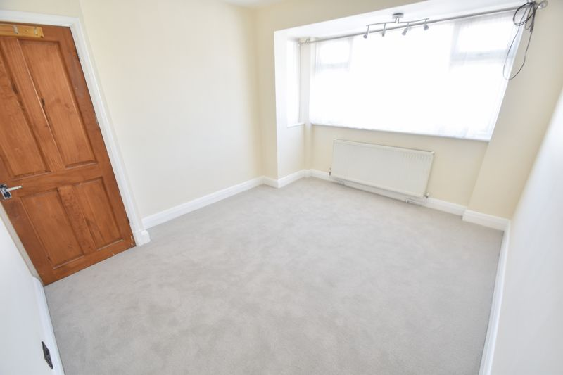 3 bedroom Mid Terrace to rent in Elmore Road, Luton - Photo 3