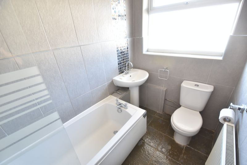 3 bedroom Mid Terrace to rent in Elmore Road, Luton - Photo 4
