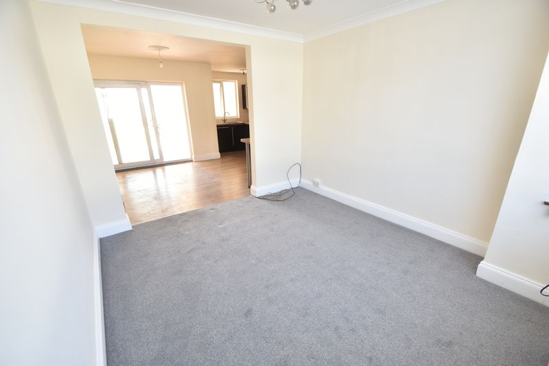 3 bedroom Mid Terrace to rent in Elmore Road, Luton - Photo 12