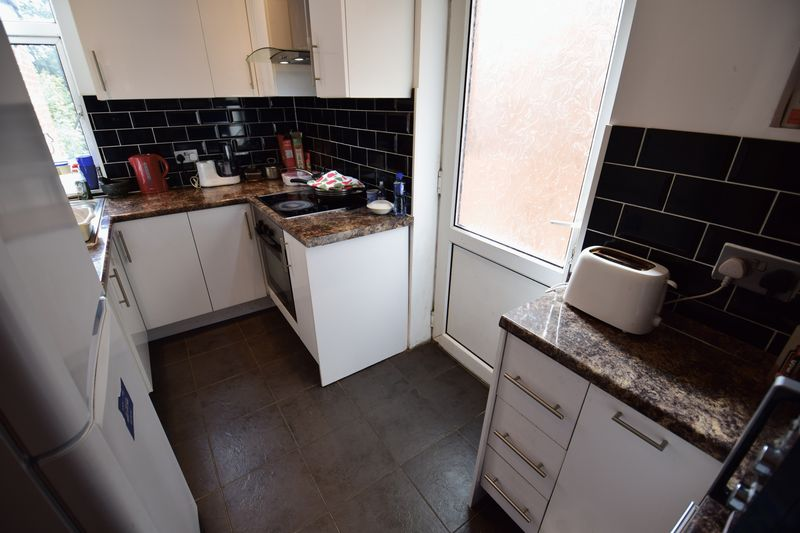 4 bedroom End Terrace to buy in Chester Avenue, Luton - Photo 5