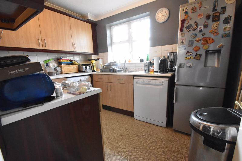 2 bedroom Flat to buy in Knights Field, Luton - Photo 5