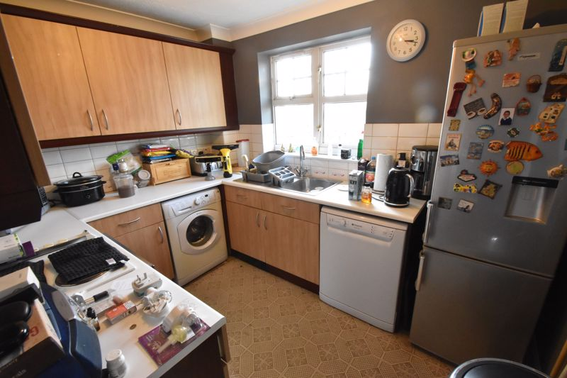 2 bedroom Flat to buy in Knights Field, Luton - Photo 6