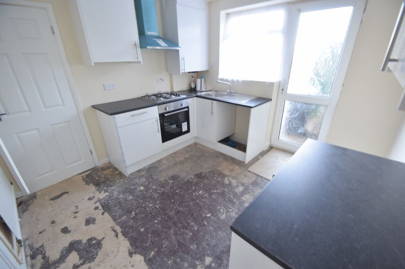 3 bedroom Mid Terrace to buy in Longcroft Road, Luton - Photo 4