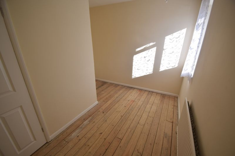 3 bedroom Mid Terrace to buy in Longcroft Road, Luton - Photo 9