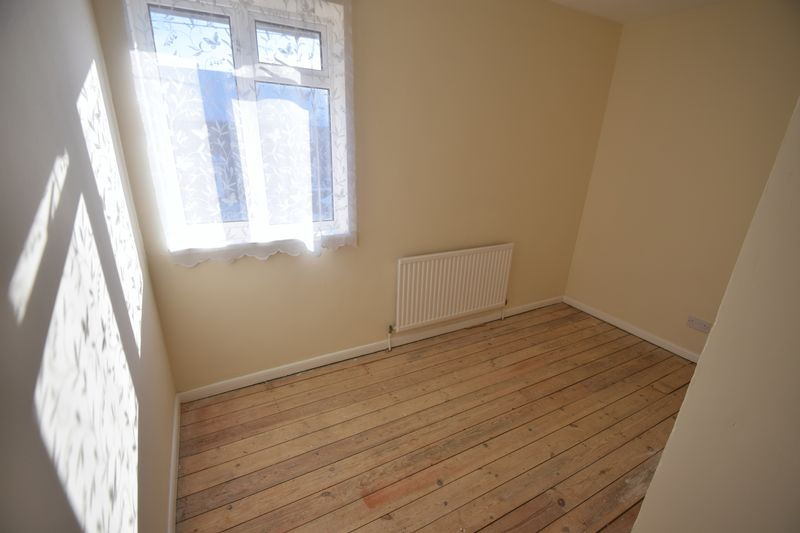 3 bedroom Mid Terrace to buy in Longcroft Road, Luton - Photo 10