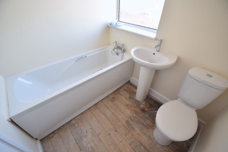 3 bedroom Mid Terrace to buy in Longcroft Road, Luton - Photo 11
