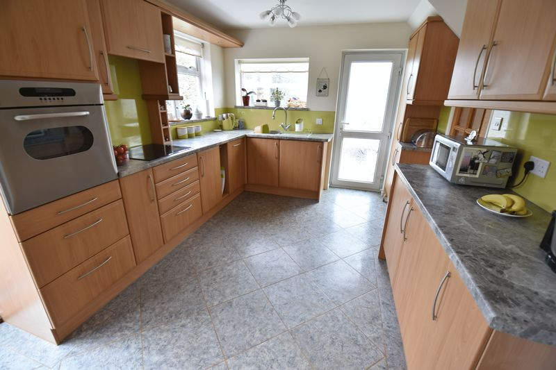 3 bedroom Semi-Detached  to buy in Carsdale Close, Luton - Photo 3