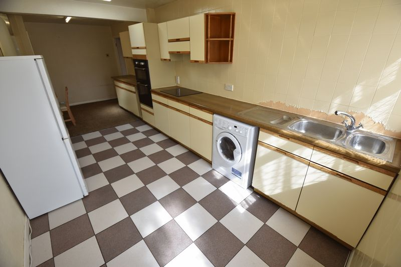 2 bedroom Bungalow to buy in Leagrave High Street, Luton - Photo 3